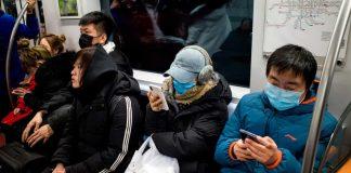 在北京,部份地鐵乘客還沒有戴口罩。 攝影:Noel Celis /法新社,蓋蒂圖片社