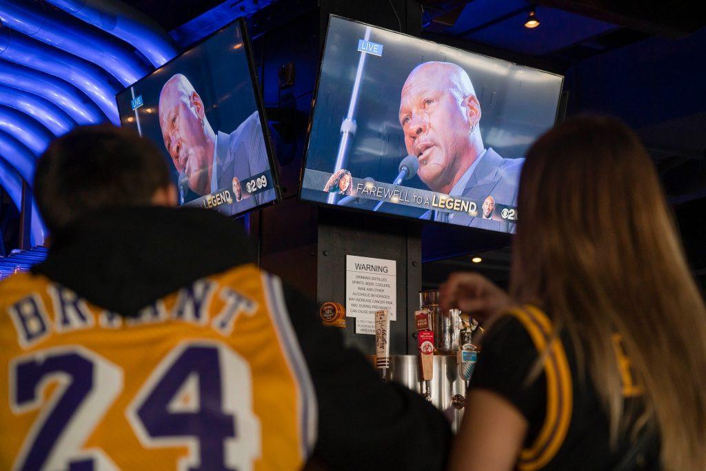 在洛杉磯斯台普斯中心附近的一家餐館裡,粉絲們看著米高佐敦向高比拜仁表達敬意。