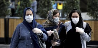 2020年2月23日,星期日,人們在伊朗德黑蘭市區的街道上戴口罩以幫助預防冠狀病毒。(AP / EBRAHIM NOROOZI)