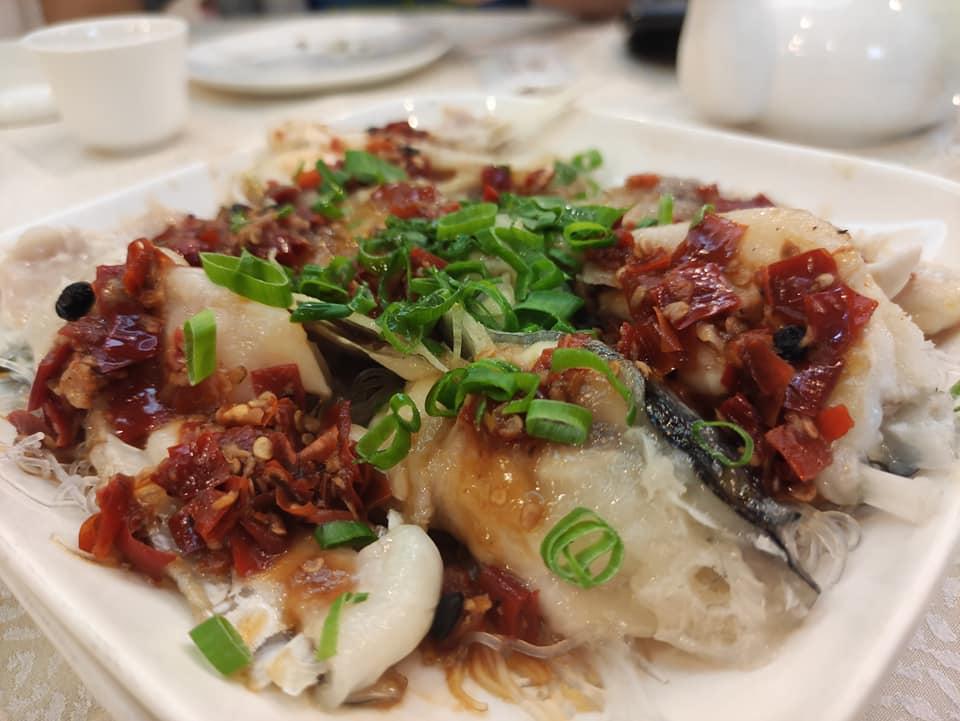 剁椒魚頭,只能用糟糕來形容: 剁椒不是鲜剁椒,而是死鹹的豆鼓醃紅椒。