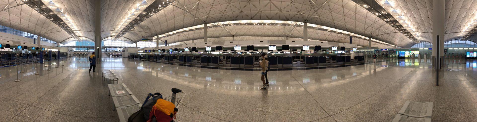 香港國際機場內周圍都空無一人,以往的凌晨兩三點機場都比現在多人,令人感覺到無限唏噓。