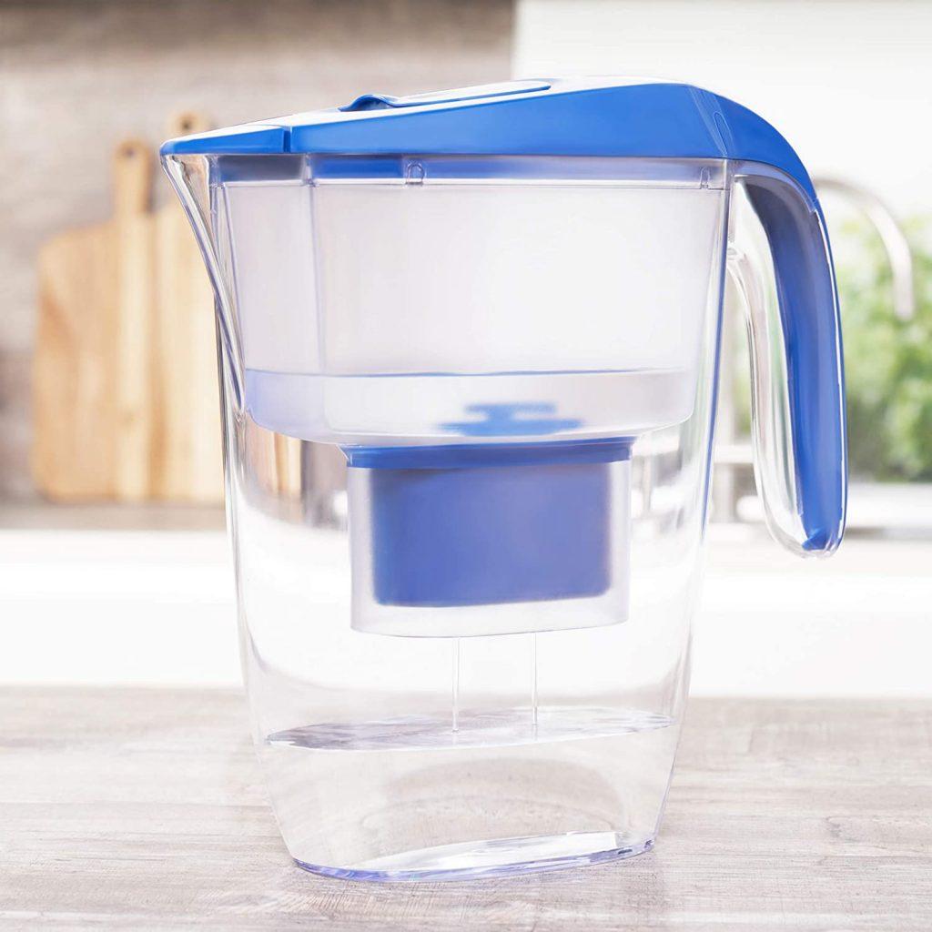 就是這種樣子的水壺。看到裏面深藍色的東西嗎?那個便是濾芯,大約一個月要換一次,正常使用的話。