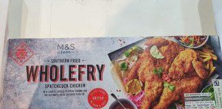 今天見到M&S在打折,£4.75有whole chicken就買了回家做晚餐。味道不錯,沒有很油的感覺。如果家有烤架,可以放在雞下面,底下就會比較cr